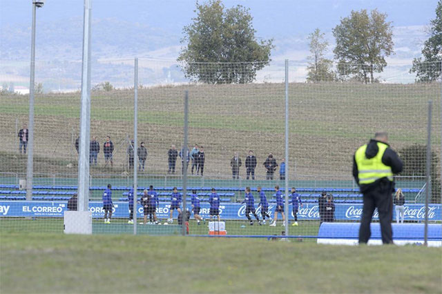 Do bao quanh sân chỉ là một tấm lưới nên buổi tập của Barca có thể dễ dàng được quan sát từ bên ngoài