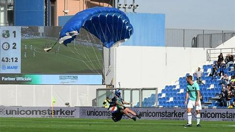 Trận đấu của Inter gián đoạn bởi vị khách không mời từ trên trời đáp xuống