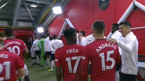 Roy Keane bức xúc vì hậu bối ở M.U quá thân thiện với Liverpool