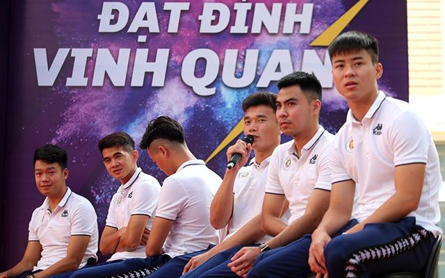 Trong buổi giao lưu này, các ngôi sao của đội bóng Thủ đô liên tục nhận được những câu hỏi hóc búa và cũng rất dễ thương từ phía các em học sinh