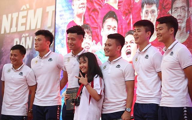 """Trả lời các em học sinh về kỷ niệm ngày mới đi đá bóng, Quang Hải tiết lộ: """"Tôi có đam mê với bóng đá từ nhỏ và 9 tuổi bắt đầu xa gia đình đi đá bóng. Hai tuần đầu đi lên đội, tôi đã khóc suốt vì nhớ bố mẹ. Nhưng vì đam mê đá bóng đá, tôi quyết tâm ở lại để có ngày hôm nay"""""""