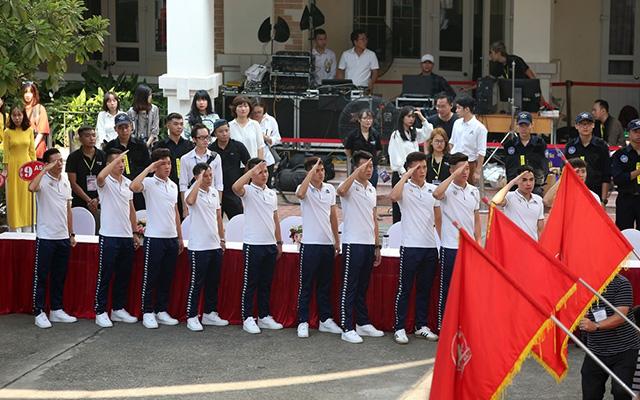Quang Hải, Duy Mạnh và các đồng đội hát Quốc ca cùng các em học sinh trong buổi lễ chào cờ đầu tuần ở trường THCS Nam Trung Yên