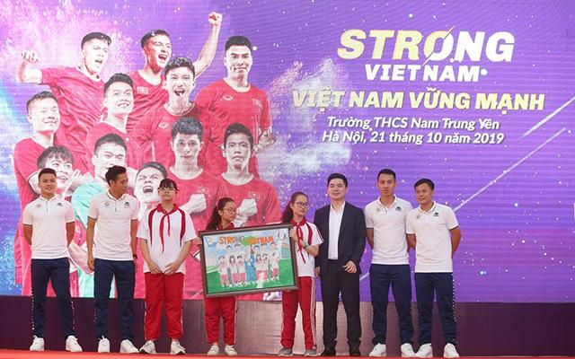 """Sự kiện này nằm trong chuỗi chương trình """"Strong Việt Nam"""" do tập đoàn T&T phối hợp với Hà Nội FC và Vụ giáo dục thể chất Bộ GD&ĐT tổ chức để truyền cảm hứng, tạo thêm niềm tin cho giới trẻ"""