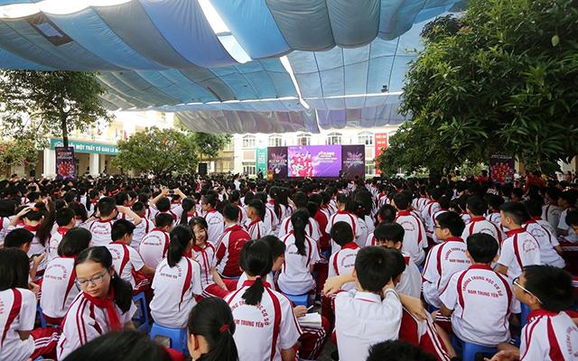 Sáng ngày 21/10, các ngôi sao của CLB Hà Nội đã có buổi giao lưu, truyền cảm hứng cho các em học sinh trường THCS Nam Trung Yên, Hà Nội