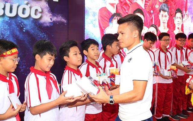 Quang Hải tặng những phần quà cho những em học sinh có thành tích xuất sắc trong học tập, rèn luyện thể thao tại trường Nam Trung Yên