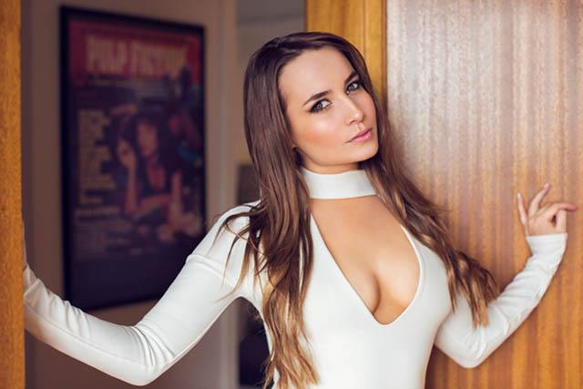 Katrinalà người mẫu sinh ra và lớn lên tại Quần đảo Faroe hiện sinh sống ở Copenhagen (Đan Mạch). Trên trang Instagram cá nhân, Katrina cũng tự giới thiệu mình là 1 fan của M.U. Hiện tại, đang có hơn 64.000 người theo dõi Katrina thông qua mạng xã hội kia