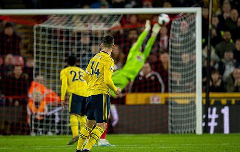 Thủ thành Henderson bay người cản phá cú dứt điểm của Xhaka ở phút bù giờ hiệp 1