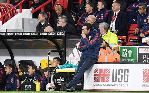 HLV Emery bất lực nhìn Arsenal thua trận