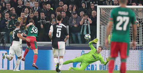 Aleksey Miranchuk sút tung nóc lưới Juventus