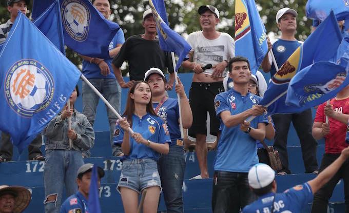 Các CĐV Quảng Ninh có mặt theo dõi trận đấu trên sân Gò Đậu. Ảnh: Quốc An