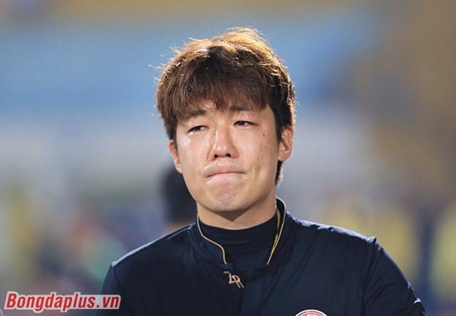 Trợ lý Yang Jae Mo khóc ngay trên sân