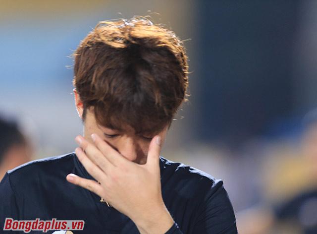 Vị trợ lý người Hàn Quốc không thể kìm nén được cảm xúc