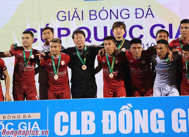 HLV Chung Hae Soung ban đầu khoác vai các cầu thủ và đứng chính giữa khi nhận huy chương