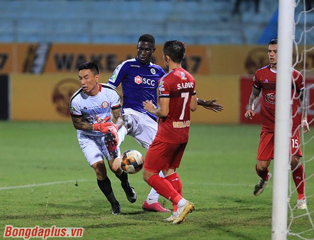 TP.HCM nhận bàn thua oan nghiệt ở phút 36 hiệp 1, sau khi Pape Omar có tác động trong vòng 5m50 với thủ môn Thanh Thắng