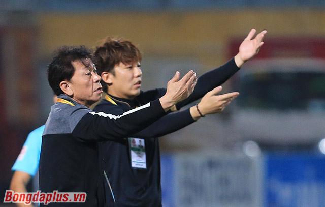 Phía bên ngoài, HLV Chung Hae Soung nhắc các học trò phải bình tĩnh, không được bực bội mà phá hỏng trận đấu