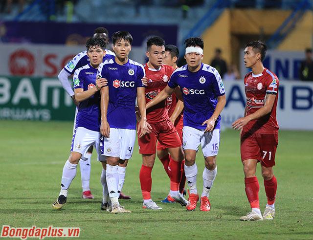 Phút 36 trận bán kết Cúp Quốc gia 2019 giữa Hà Nội FC và TP.HCM, đội chủ nhà được hưởng quả đá phạt góc bên cánh trái