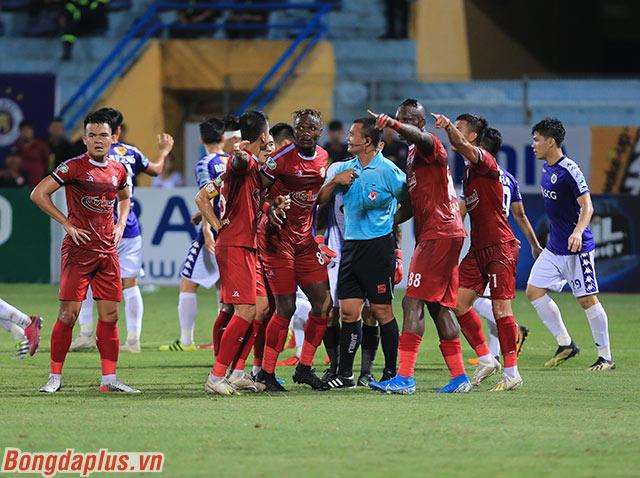 Các cầu thủ TP.HCM tỏ ra rất bức xúc khi cho rằng đó là một tình huống phạm lỗi của Omar với thủ môn Thanh Thắng trong vòng 5m50