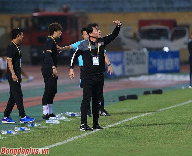 HLV Chung Hae Soung gọi các cầu thủ TP.HCM vào gần cabin huấn luyện