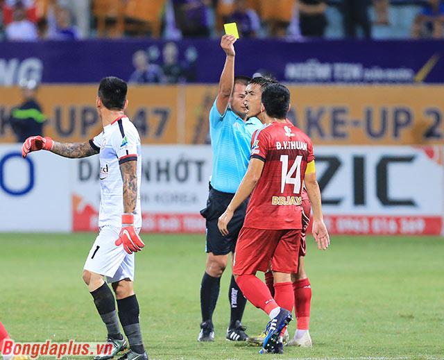 Đội trưởng Văn Thuận nhận thẻ vàng sau phản ứng với trọng tài