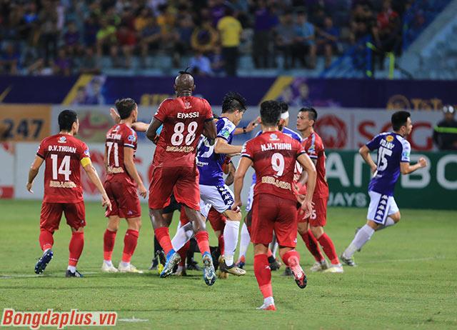 Hà Nội FC ăn mừng sau khi trọng tài Nguyễn Đình Thái công nhận bàn thắng