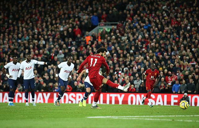 Salah ấn định chiến thắng 2-1 trên chấm 11m