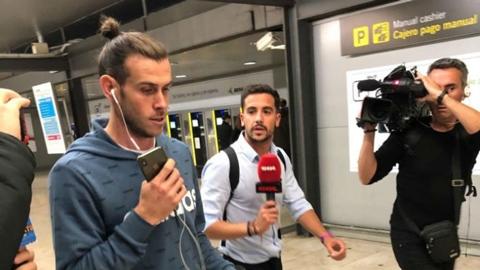 Bale dửng dưng với truyền thông và fan Real sau chuyến trở về Anh