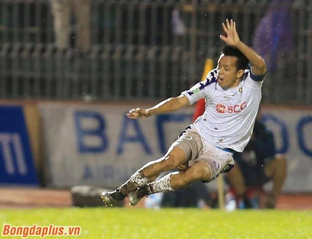 Tiền đạo đội trưởng của Hà Nội FC sung sướng ăn mừng bàn thắng ghi được trong trận chung kết