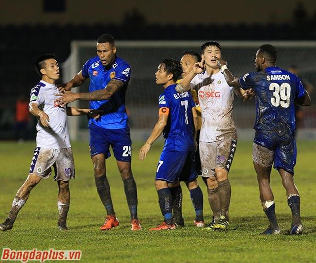 Cầu thủ hai đội phải nhanh chóng vào can ngắn, để tránh va chạm xô xát không đáng có giữa Văn Quyết và Samson