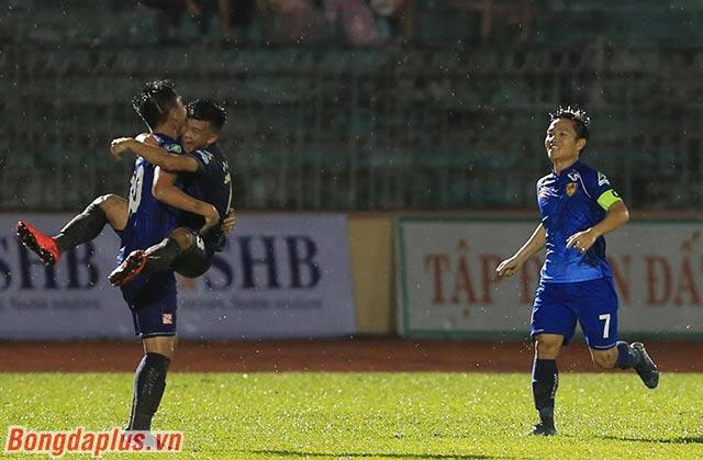 Quảng Nam có bàn thắng vượt lên dẫn trước trong hiệp 1