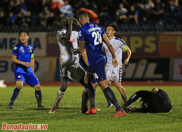 Hà Nội FC sau đó gỡ hòa với bàn thắng của Văn Quyết. Việc đưa trận đấu trở về tỷ số hòa khiến 2 bên càng chơi quyết liệt