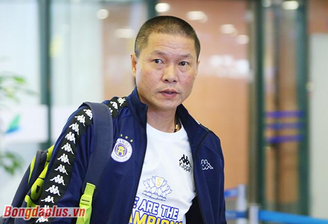 Sáng nay (1/11), các cầu thủ Hà Nội FC có mặt ở sân bay Nội Bài cùng chiếc Cúp Quốc gia giành được sau chiến thắng 2-1 trước Quảng Nam FC