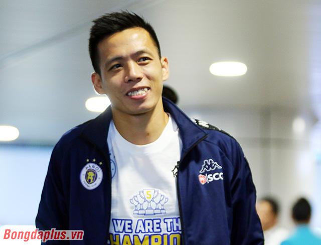 Văn Quyết, người ghi dấu ấn nổi bật với 1 bàn thắng và 1 đường kiến tạo cho Hà Nội FC ở trận chung kết cười tươi rói khi bước ra khỏi sân bay