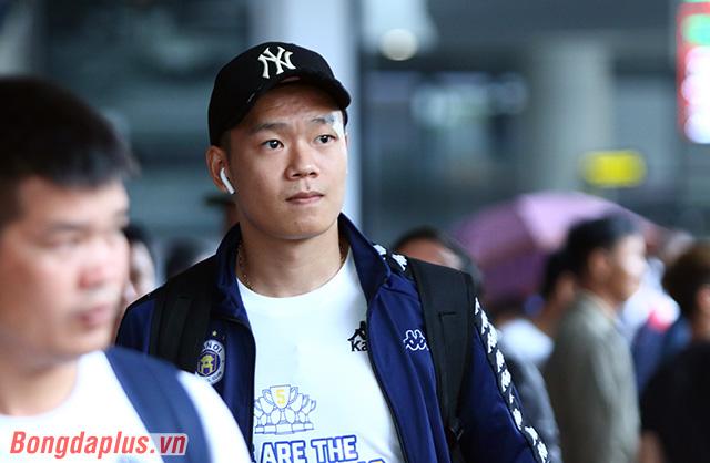 Trung vệ Thành Chung tỏ ra khá đăm chiêu. Anh vẫn còn cảm thấy buồn sau khi đá phản lưới nhà ở trận chung kết