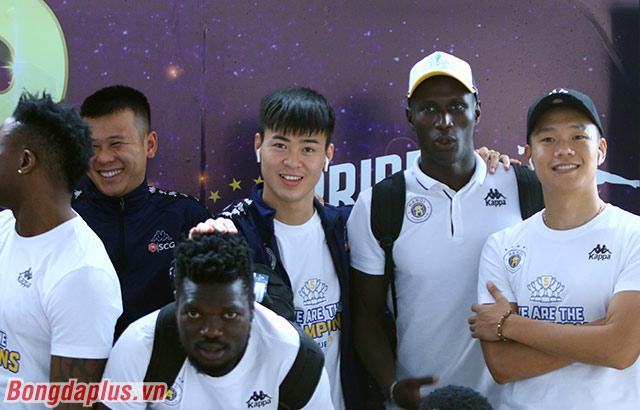 Các cầu thủ Hà Nội FC nhí nhảnh chụp ảnh kỷ niệm