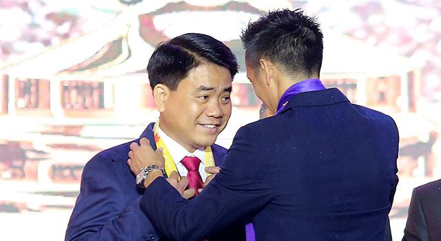 Đội trưởng Văn Quyết trao tặng chiếc HCV cho Chủ tịch Uỷ ban nhân dân thành phố Hà Nội Nguyễn Đức Chung