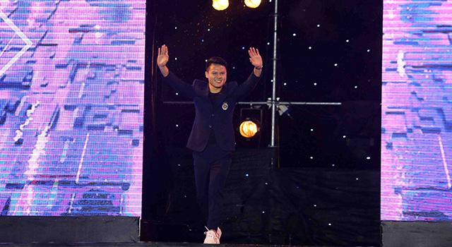 Quang Hải bước ra sân khấu trong sự chào đón của hàng nghìn NHM Thủ đô. Tiền vệ 22 tuổi chính là ngôi sao quan trọng bậc nhất giúp Hà Nội FC giành cú ăn 3 ở mùa giải năm nay