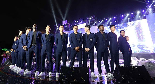 Cầu thủ Hà Nội FC bảnh bao trong bộ vest lịch sự. Đội bóng Thủ đô chứng minh, họ không chỉ chuyên nghiệp và đẳng cấp ở trên sân bóng