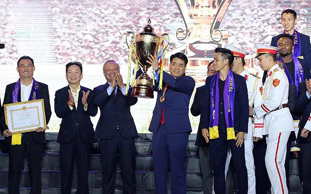 Đại diện của Hà Nội FC tặng chiếc cúp vô địch V-League 2019 và huy chương vàng cho đại diện của người dân Thủ đô, Chủ tịch UBND thành phố, ông Nguyễn Đức Chung