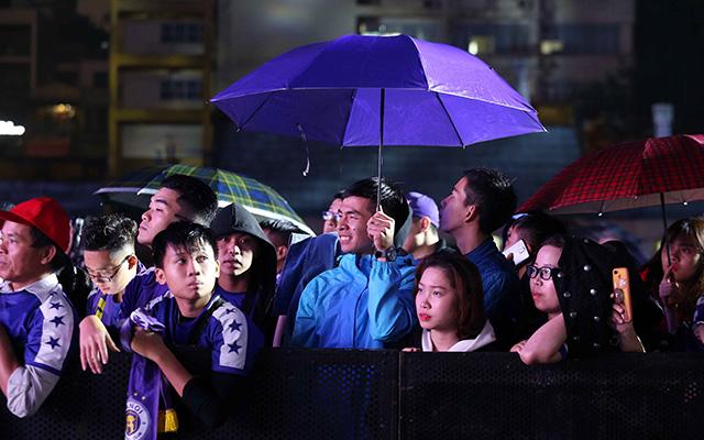 Bất chấp trời mưa to nhưng vẫn có đông đảo CĐV Thủ đô đến dự buổi lễ vinh danh của Hà Nội FC tại sân Hàng Đẫy tối ngày 1/11