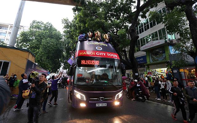 Trước đó vào buổi chiều, Hà Nội FC cũng tổ chức lễ rước cúp ở các phố chính của Thủ đô