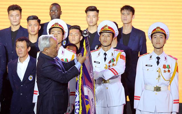Trong buổi lễ tối ngày 1/11, Hà Nội FC vinh dự được nhận Huân chương lao động hạng ba. Ông Uông Chu Lưu Uỷ viên Trung ương Đảng, Phó Chủ tịch Quốc hội trao Huân chương Lao động hạng Ba cho Hà Nội FC