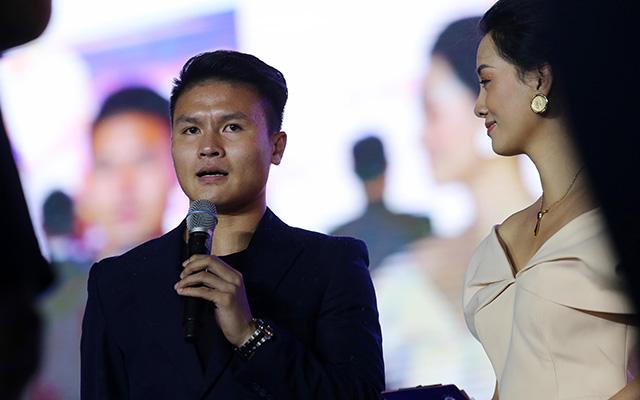 Quang Hải thay mặt toàn đội gửi lời cảm ơn sự quan tâm, động viên của lãnh đạo Đảng, Nhà nước, thành phố và NHM giúp đội bóng gặt hái những thành công thời gian qua