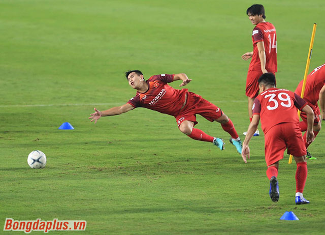 Tiền đạo Việt Phong dù có một dáng bay như thủ môn nhưng khả năng bắt bóng của anh chỉ bằng 0