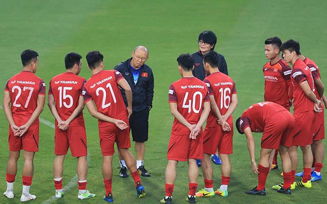 HLV Park Hang Seo gọi riêng nhóm cầu thủ của Hà Nội FC và Quảng Nam ra một góc để hỏi thăm sức khoẻ. Sau buổi nói chuyện, ông quyết định cho 10 cầu thủ này tập nhẹ thả lỏng ở ngoài