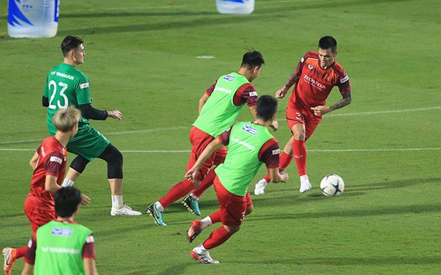Các cầu thủ tỏ ra rất thoải mái và háo hứng trong xuyên suốt buổi tập. Theo kế hoạch, ngày mai ĐT Việt Nam sẽ được xả trại không phải tập luyện nguyên ngày