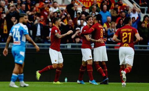 Đồng đội ăn mừng bàn thắng với Zaniolo