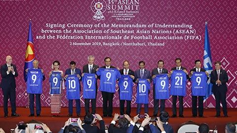 Thủ tướng Nguyễn Xuân Phúc chứng kiến ASEAN và FIFA ký bản ghi nhớ hợp tác