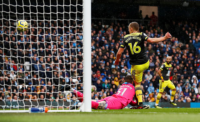 Man City bất ngờ nhận bàn thua sau sai lầm của Ederson