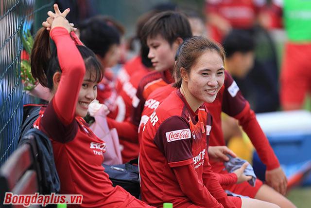 Sang đến hiệp 2, ĐT nữ Việt Nam tung ra nhiều cầu thủ dự bị.