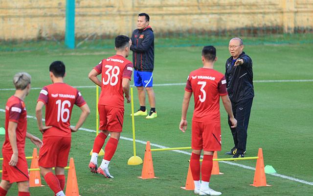 Nhà cầm quân người Hàn Quốc liên tục nhắc nhở các học trò tập trung, thực hiện đúng động tác và giữ cự ly trong lúc tập luyện